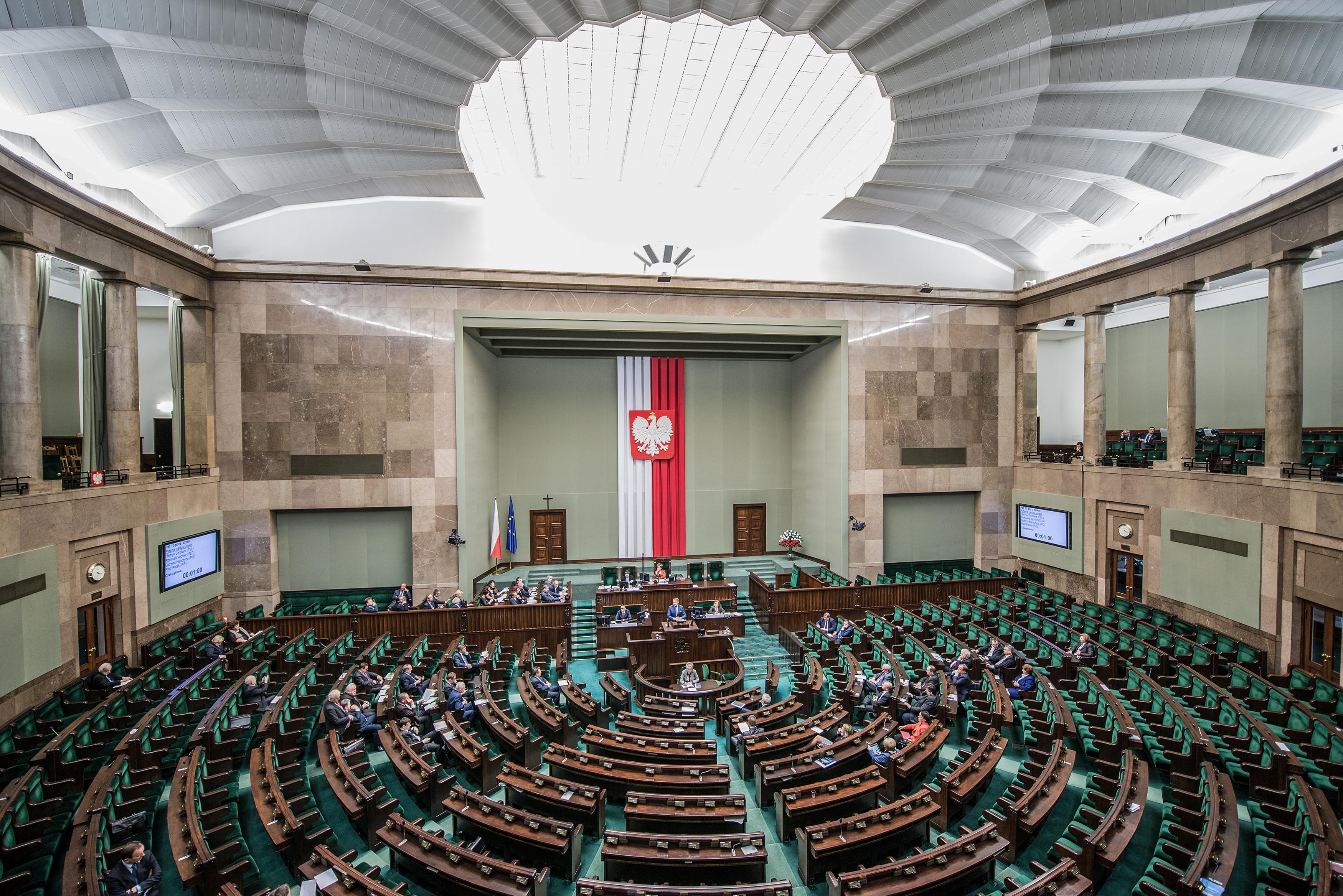 Tarcza antykryzysowa. Sejm uchwalił specustawę o wsparciu dla firm /shutterstock
