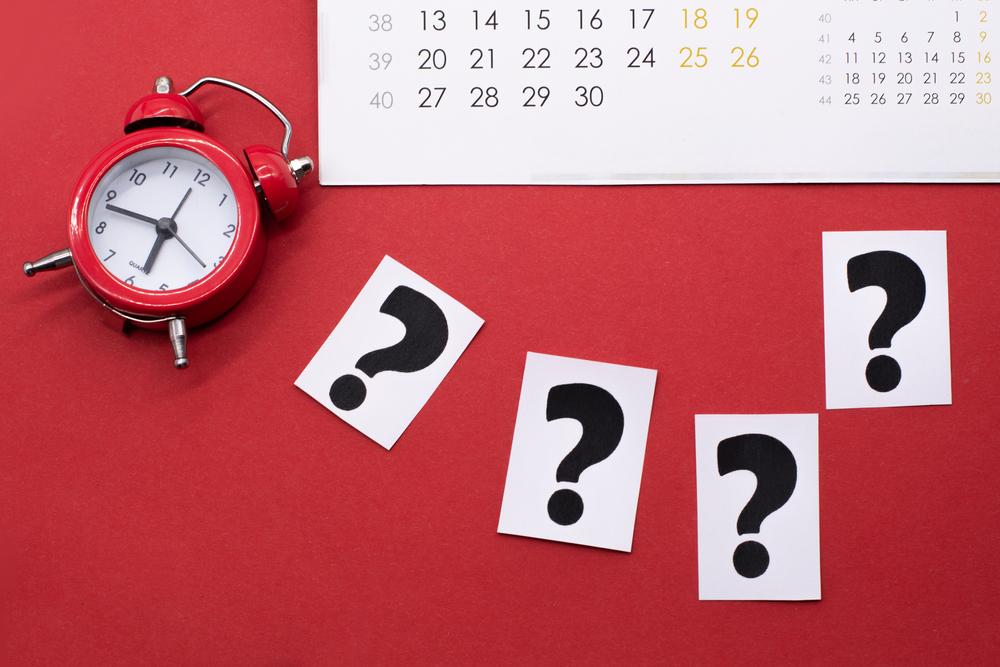 Czy pracownikowi zatrudnionemu w trakcie miesiąca przysługuje dzień wolny za święto wypadające w sobotę?