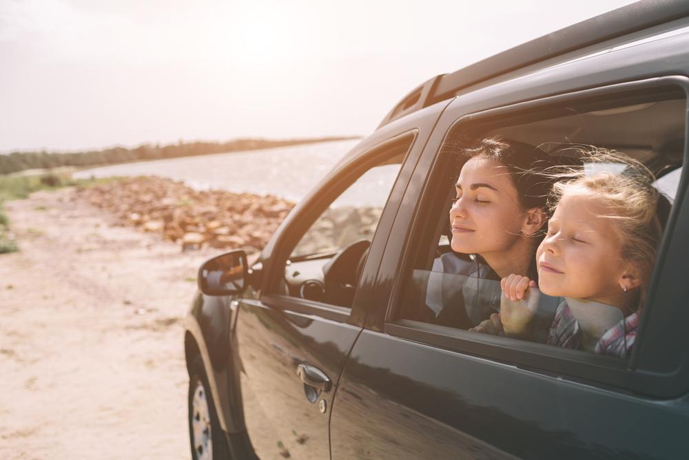 Kiedy dziecko może jechać z przodu i kiedy bez fotelika?/Fot. Shutterstock