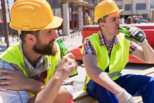 Pracownik pod wpływem alkoholu - zwolnienie z pracy. Nietrzeźwy pracownik, pijany pracownik, badanie trzeźwości w pracy. Stan nietrzeźwości. / fot. Shutterstock